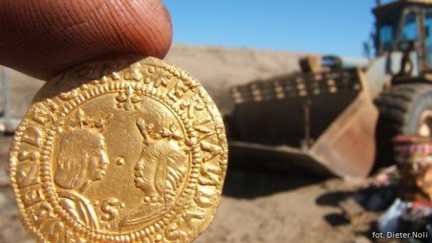 zlota-moneta-pustynia